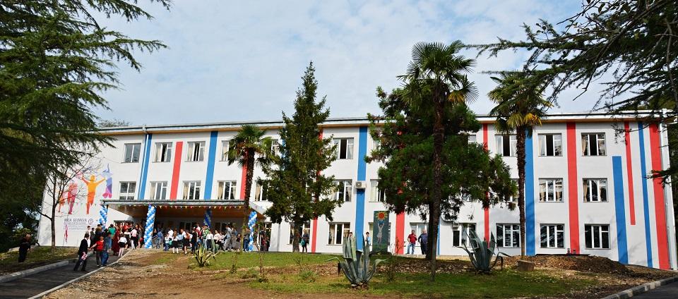 აშშ-ის ელჩის მოვალეობის შემსრულებელმა ელიზაბეთ რუდმა სოფელ კირცხის ახლადრეაბილიტირებული საჯარო სკოლა დაათვალიერა